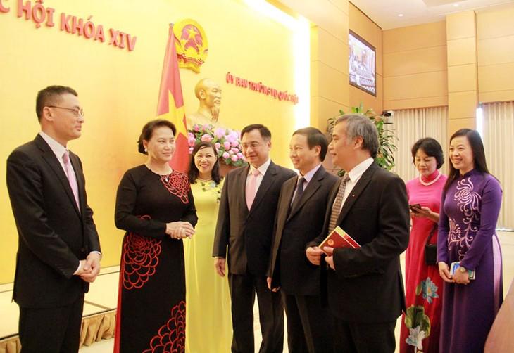 La presidenta del Parlamento vietnamita destaca la importancia de la diplomacia - ảnh 1