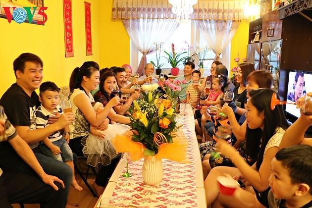 Familias vietnamitas preservan la identidad cultural en la República Checa - ảnh 2