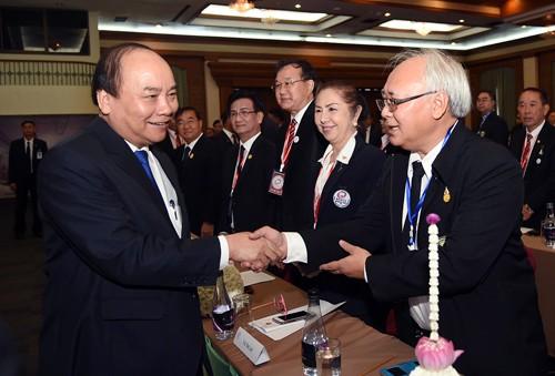 Primer ministro de Vietnam se reúne con compatriotas nacionales en Tailandia - ảnh 1