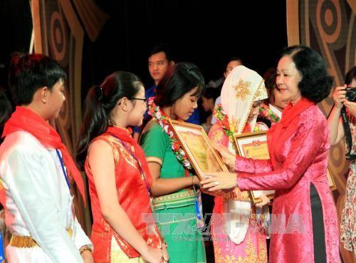 Vietnam reconoce los esfuerzos académicos de niños étnicos - ảnh 1