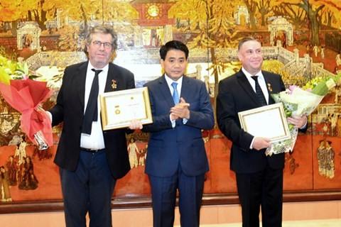 Hanoi reconocen los aportes de 2 ciudadanos franceses al desarrollo capitalino - ảnh 1