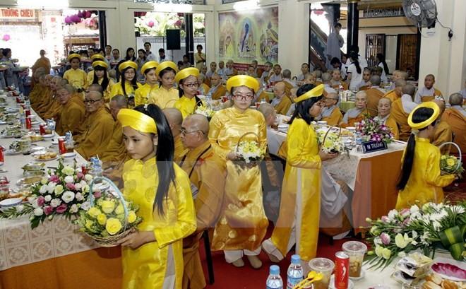 Habitantes de Ciudad Ho Chi Minh participan en la fiesta de Vu Lan - ảnh 1