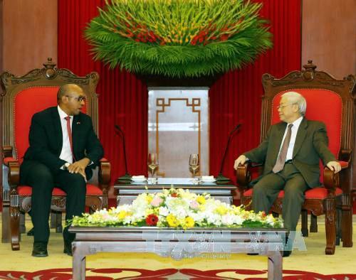 Máximo líder político de Vietnam ensalza los aportes del embajador cubano a los lazos bilaterales - ảnh 1