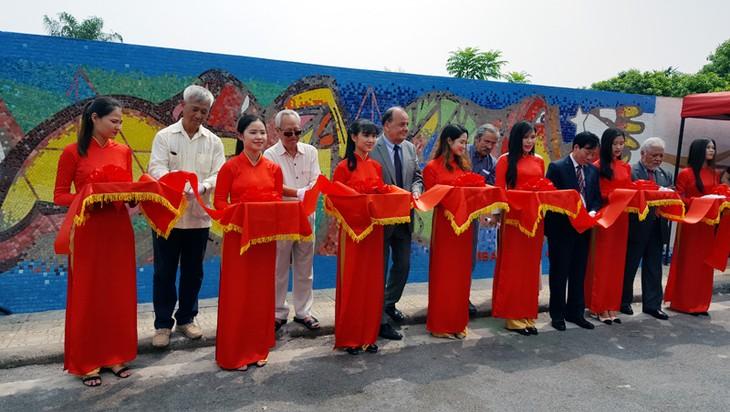 Chile incorpora una pintura al Mural Mosaico Cerámico de Hanoi en su Día Nacional - ảnh 3