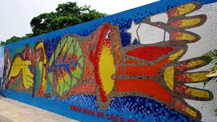 Chile incorpora una pintura al Mural Mosaico Cerámico de Hanoi en su Día Nacional - ảnh 4