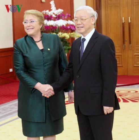 Máximo líder político de Vietnam recibe a la presidenta de Chile - ảnh 1