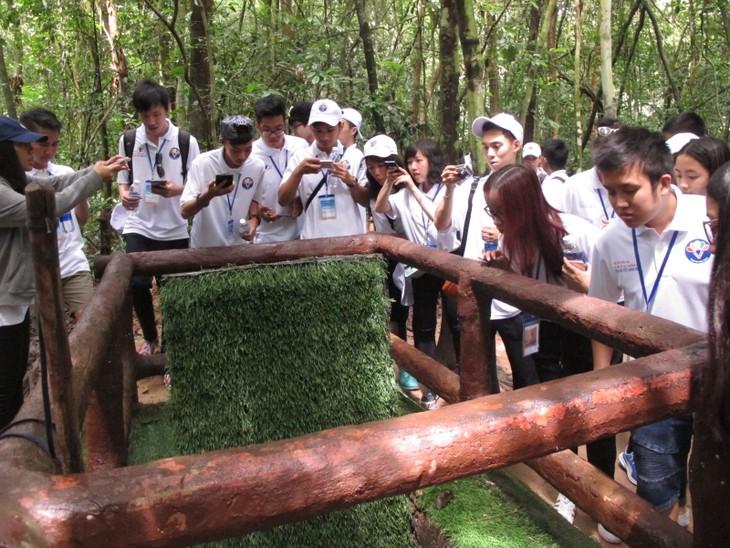 Thanh niên kiều bào tham quan địa đạo Củ Chi và Bảo tàng chứng tích chiến tranh - ảnh 5