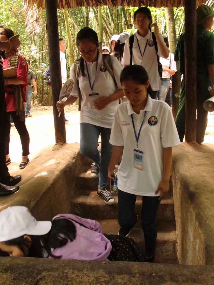 Thanh niên kiều bào tham quan địa đạo Củ Chi và Bảo tàng chứng tích chiến tranh - ảnh 4