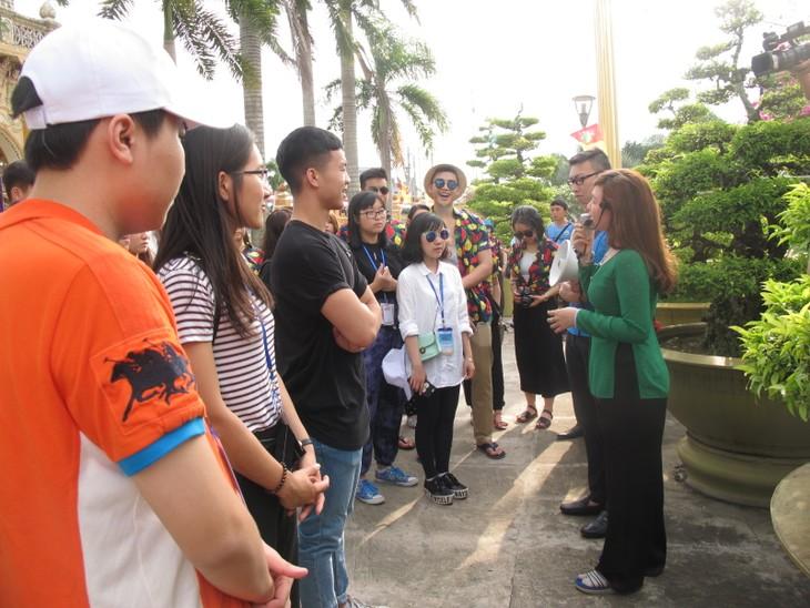 Đoàn thanh thiếu niên kiều bào thăm chùa Vĩnh Tràng, Tiền Giang - ảnh 1