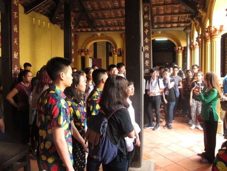 Đoàn thanh thiếu niên kiều bào thăm chùa Vĩnh Tràng, Tiền Giang - ảnh 2