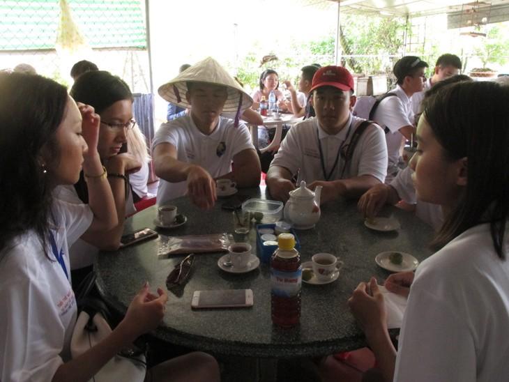Thanh niên kiều bào khám phá chợ nổi Cái Bè - ảnh 8