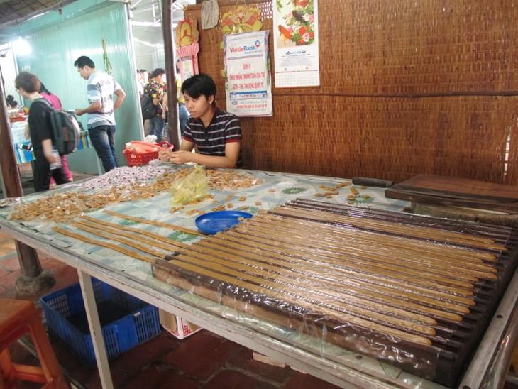 Thanh niên kiều bào khám phá chợ nổi Cái Bè - ảnh 11