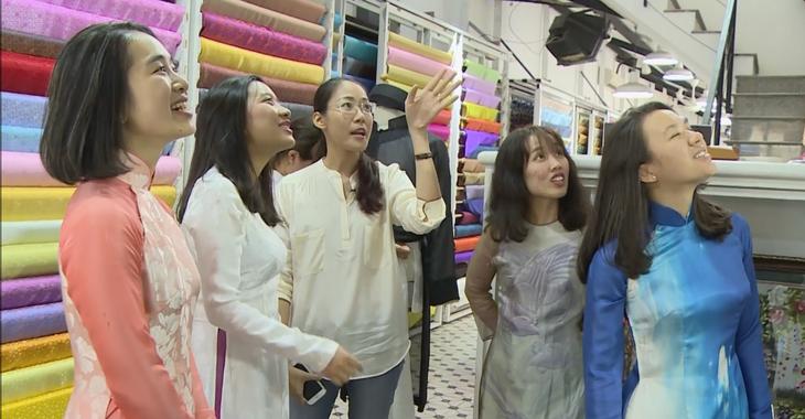 Tà áo dài Việt qua đôi mắt các bạn trẻ kiều bào  - ảnh 1
