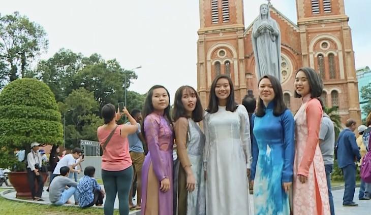 Tà áo dài Việt qua đôi mắt các bạn trẻ kiều bào  - ảnh 2