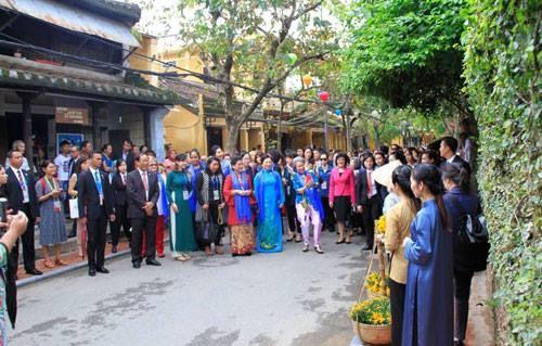 APEC 2017: Un Vietnam original aux yeux des épouses des chefs de delégation - ảnh 1