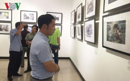 """Inauguran en Hanoi la exhibición de fotos periodísticas """"Huellas"""" - ảnh 1"""