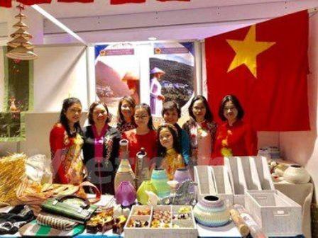 Participa Vietnam en Feria caritativa en Ucrania  - ảnh 1