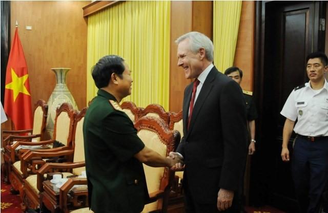 Kepala Staf Umum Tentara Rakyat Vietnam menerima Menteri Angkatan Laut AS - ảnh 1