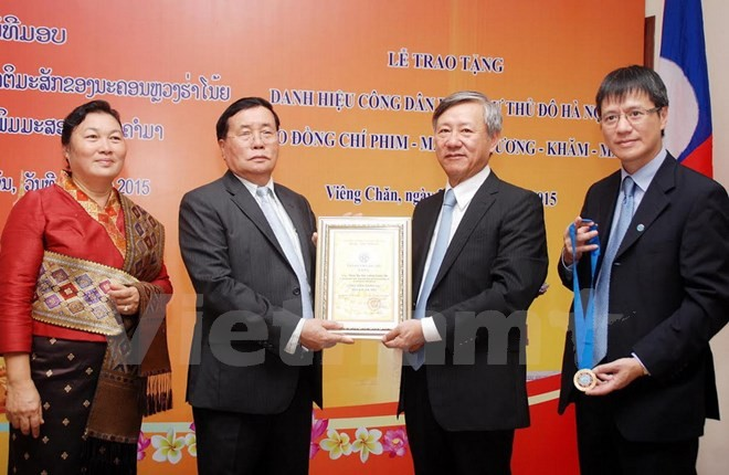 Kota Hanoi memberikan Gelar Warga Negara Kehormatan kepada warga negara Laos - ảnh 1