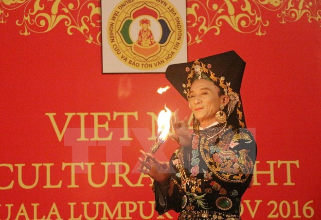 Pagelaran praktek kepercayaan memuja Sang Ibunda dari orang Vietnam di Malaysia - ảnh 1