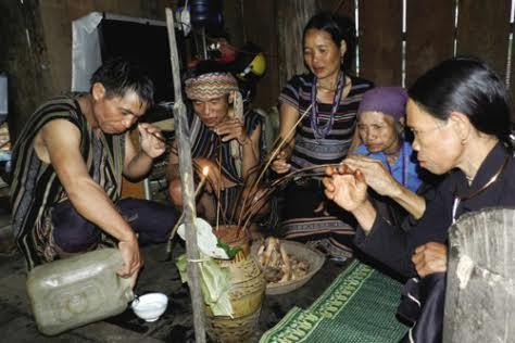 Adat- istiadat dan keyakinan warga etnis minoritas H're  - ảnh 1
