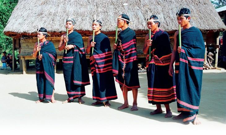 Seruling Dinh Tut - instrumen musik yang dibarengi dengan nyanyian rakyat dari warga etnis Gie Trieng - ảnh 1