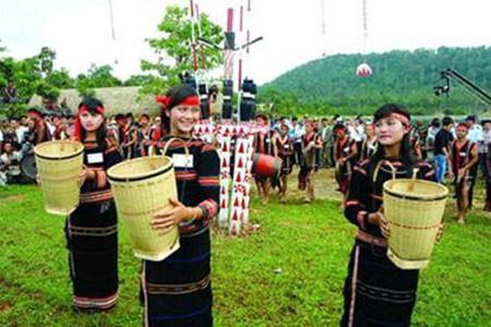Menjaga seni menganyam keranjang gendongan dari warga etnis minoritas Chu –ru - ảnh 1