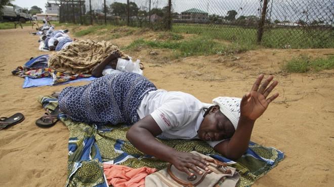 ສະຫະພາບອາບຟລິກາ ຮຽກຮ້ອງຍົກເລີກຄຳສັ່ງຫ້າມເຄື່ອນໄຫວໄປ-ມາຍ້ອນພະຍາດ Ebola - ảnh 1