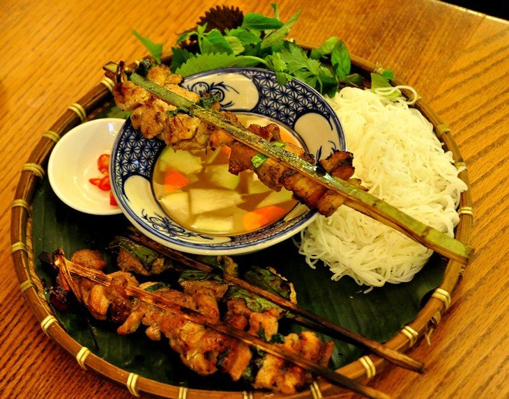Vietnamese grilled bamboo stick pork with noodle - ảnh 3