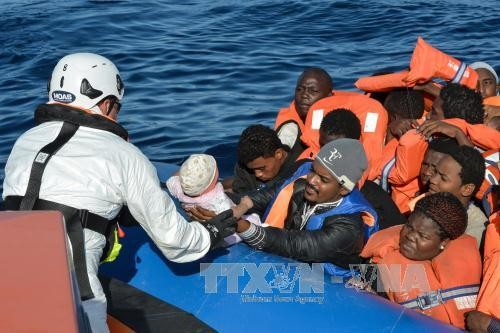 Migrant crisis: Hundreds of migrants lost in Mediterranean shipwrecks - ảnh 1