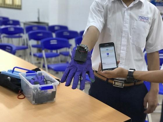 Guante traductor, herramienta práctica para los sordomudos en Vietnam - ảnh 1