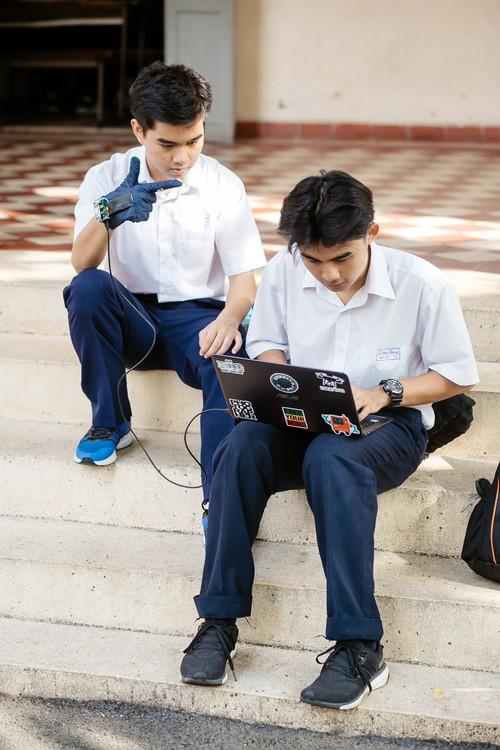 Guante traductor, herramienta práctica para los sordomudos en Vietnam - ảnh 3