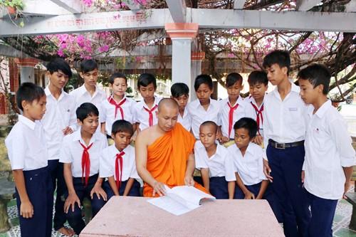 Una pagoda activa en la ayuda a los estudiantes necesitados a acceder a la educación - ảnh 3