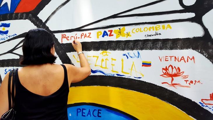 Chile incorpora una pintura al Mural Mosaico Cerámico de Hanoi en su Día Nacional - ảnh 2