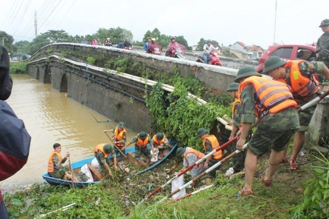 Compatriotas de la región central de Vietnam superan las consecuencias del huracán Damrey - ảnh 2