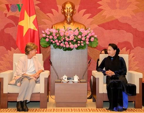 Presidenta del Parlamento vietnamita recibe a la embajadora de España en Hanoi - ảnh 1
