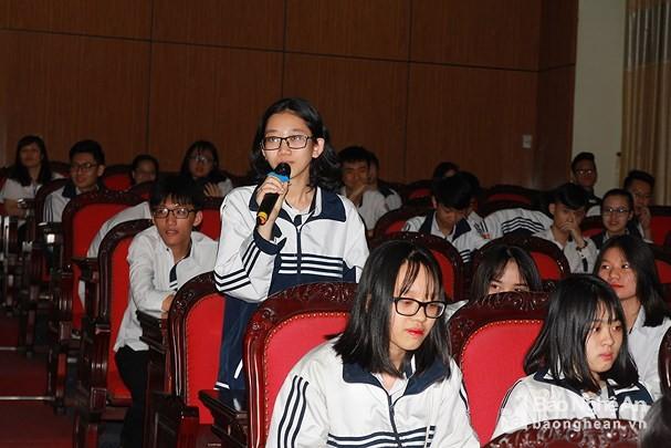Estudiantes de Nghe An preparan para avanzar en la cuarta Revolución Industrial  - ảnh 1