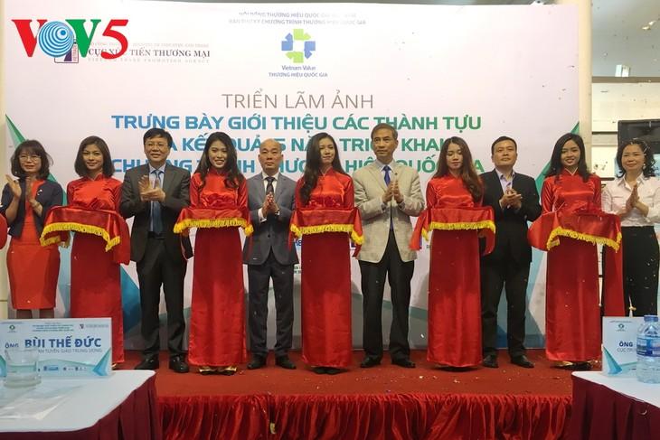 Inauguran exposición sobre 15 años del avance de la marca empresarial de Vietnam - ảnh 1