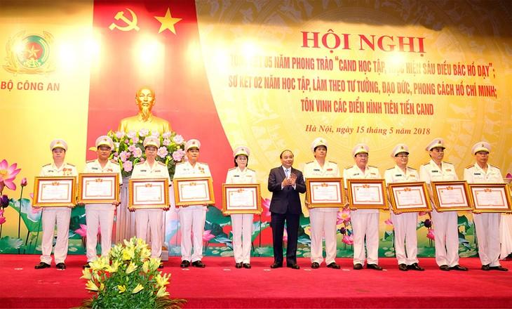 Fuerzas de seguridad pública de Vietnam enaltecen el seguimiento de las enseñanzas del tío Ho - ảnh 1