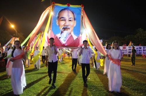 Comienza el Festival de la Aldea Sen en conmemoración de los 128 años del nacimiento del Tío Ho - ảnh 1