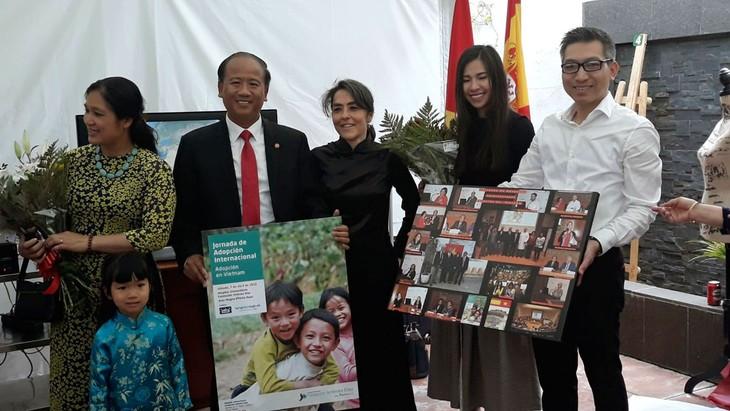 Siguen conmemorando los 128 años del nacimiento del presidente Ho Chi Minh en el mundo - ảnh 1