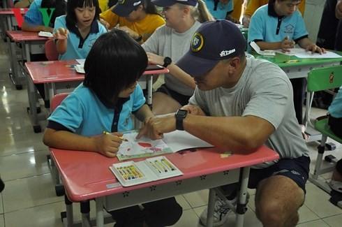Marineros estadounidenses se encuentran con niños vietnamitas discapacitados en Khanh Hoa - ảnh 1