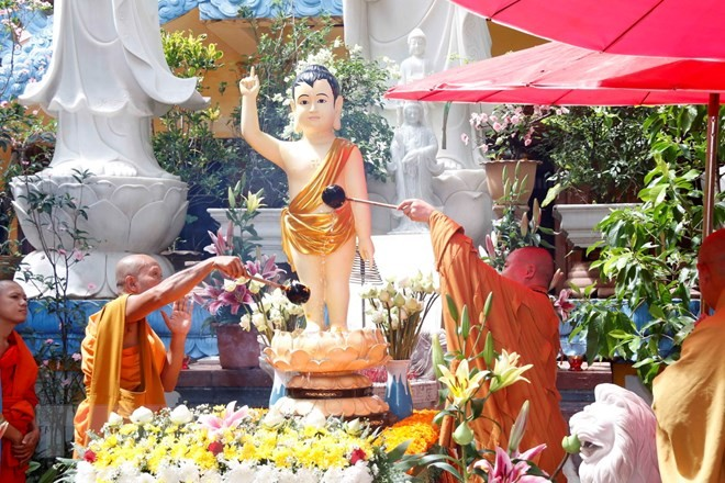 Compatriotas en el extranjero conmemoran el 2562 aniversario del nacimiento y la iluminación de Buda - ảnh 1