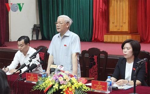 Máximo líder político contacta con electores de Hanoi - ảnh 1