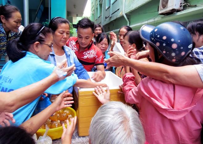 Grupo 1C ayuda a los pacientes pobres con raciones de comida en Da Nang - ảnh 1