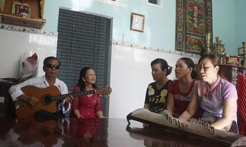 El invidente Tran Ngoc Nuong despierta la pasión de artistas del canto aficionado - ảnh 1