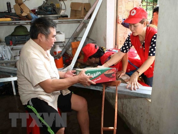 Cruz Roja de Vietnam sigue con apoyo económico a las víctimas del desastre natural en zona norteña - ảnh 1