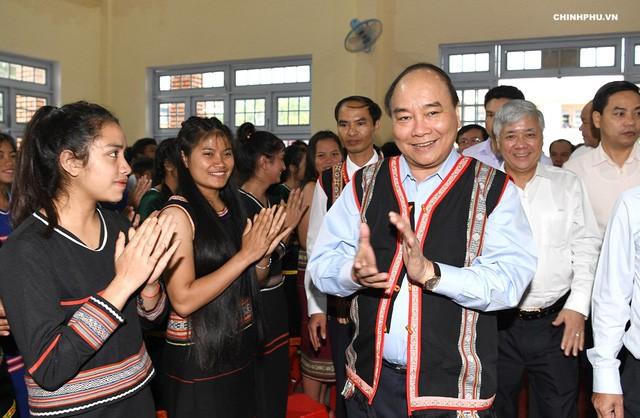 Dirigentes vietnamitas asisten a ceremonias de inicio del año académico 2018-2019 en diferentes escuelas - ảnh 1