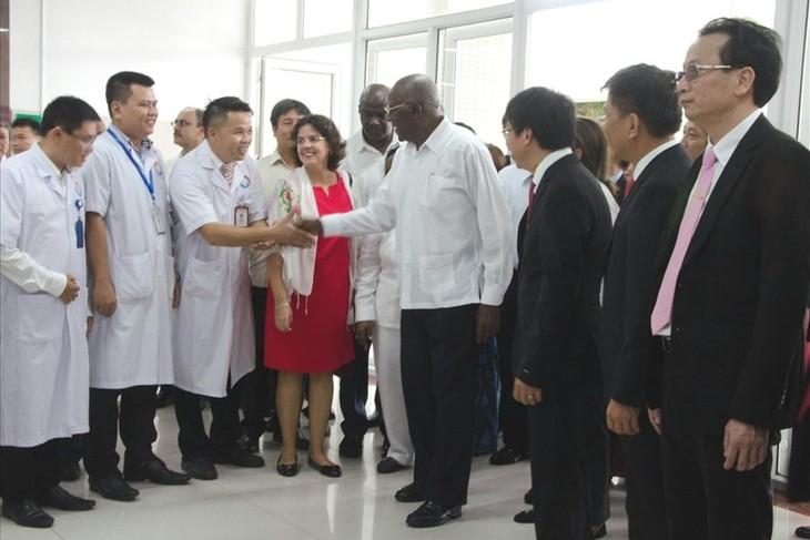 Delegación de Cuba visita el Hospital de Amistad Vietnam-Cuba Dong Hoi - ảnh 1