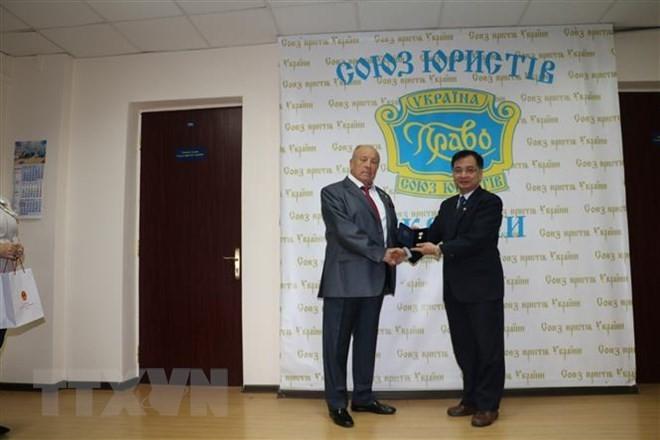 Embajador de Vietnam en Ucrania condecorado con Orden del Estado de Derecho y Justicia - ảnh 1